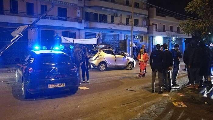 Napoli, auto finisce contro un palo: muore 18enne