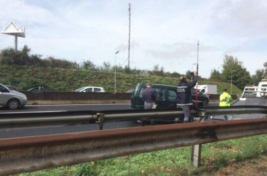 Incidente in autostrada, due veicoli coinvolti. Traffico in tilt