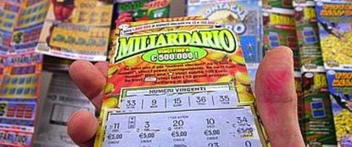 """Compra 255 Gratta & Vinci perdenti. Il giudice gli fa """"vincere"""" 3mila euro"""