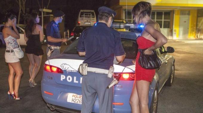Vestiti provocanti e prostituzione, maxiblitz della Polizia: in manette 15 sfruttatori