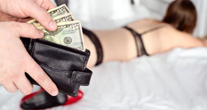 Faceva prostituire la figlia 13enne. Arrestata mamma e cliente di 62 anni