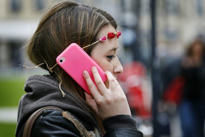 Sms piccanti e pedinamenti, il prof molesta alunna 14enne in provincia di Napoli