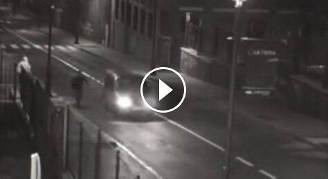 Boom di furti d'auto col trucco dell'ubriaco. Ecco il video choc