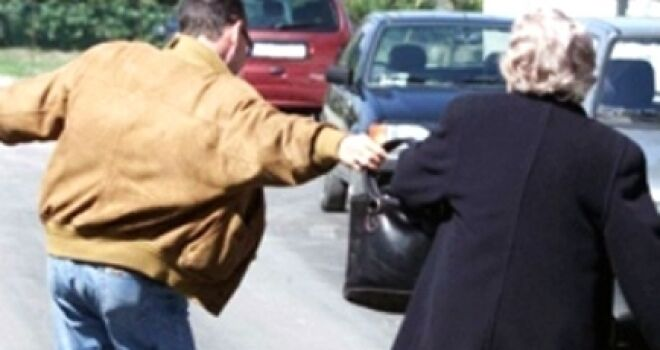 Frattamaggiore choc, anziana scippata fuori scuola e trascinata a terra