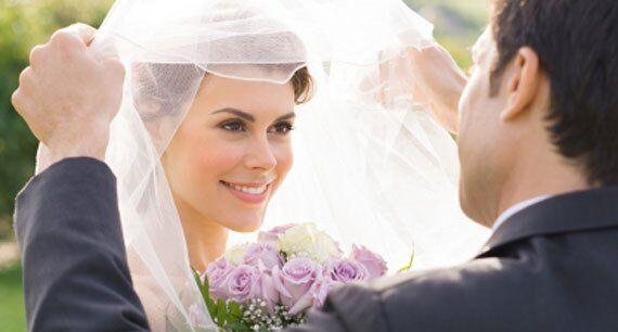 Vede per la prima volta la moglie senza trucco: chiede il divorzio