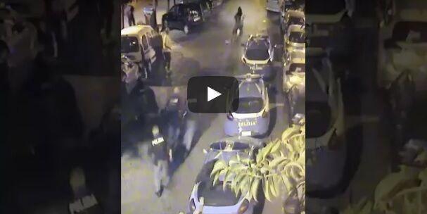 Movida violenta, ecco il video del poliziotto investito a piazza Bellini