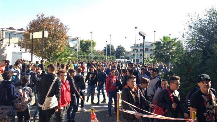 Giugliano, occupato anche l'ITI di via Marchesella. Studenti in protesta
