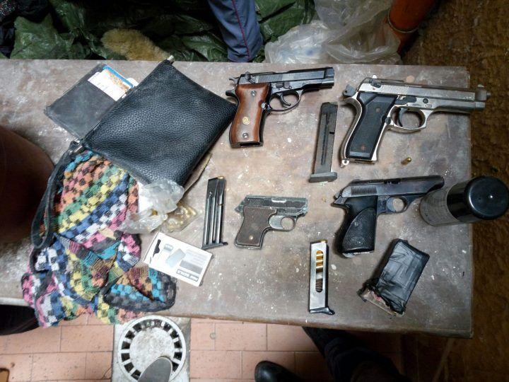 Camorra, blitz ai Quartieri: sequestrate 4 pistole e munizionamento