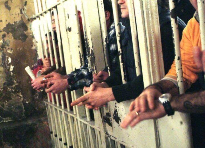 Napoli, detenuto appicca incendio in cella: 2 feriti
