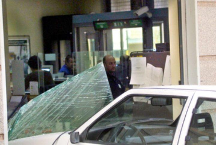 Rapina con ariete artigianale in una banca a Secondigliano: bottino 86mila euro
