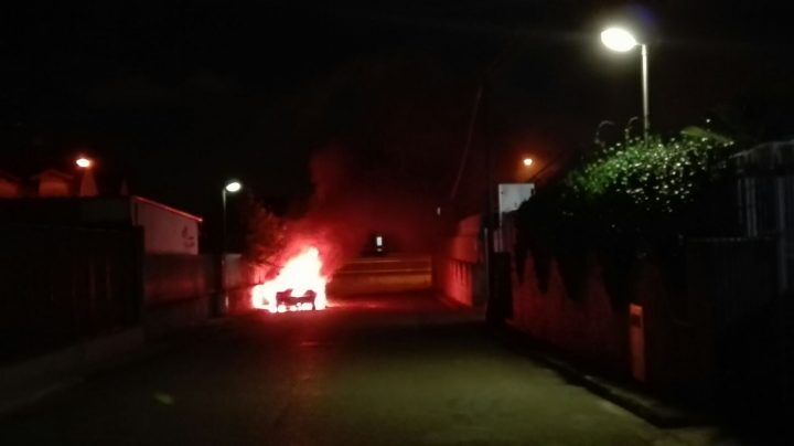 Mugnano, auto prende fuoco. Paura tra i residenti
