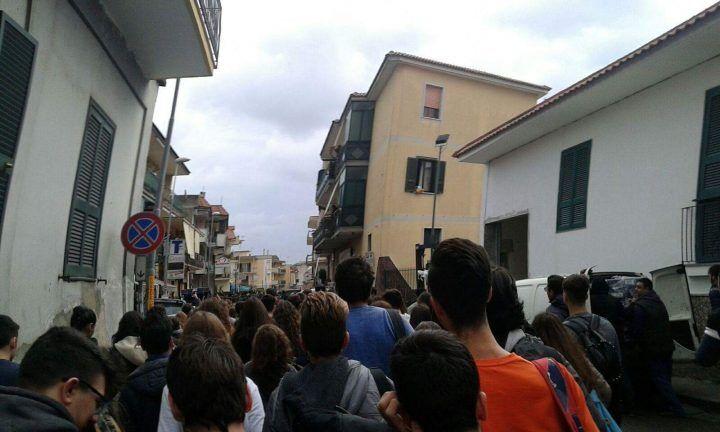 Giugliano, studenti del Cartesio in marcia lungo le strade del centro