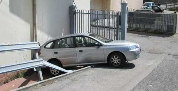 Salerno, dimentica di inserire freno a mano: l'auto travolge la madre e la uccide