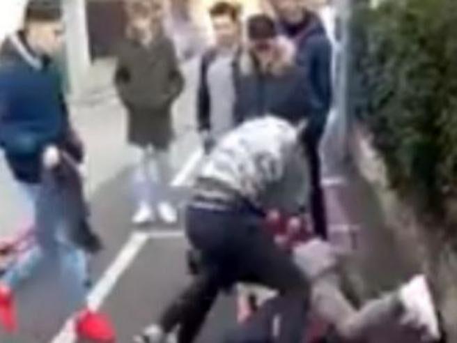 Violenza a Chiaia, madre e figli aggrediti nella notte in via Bisignano