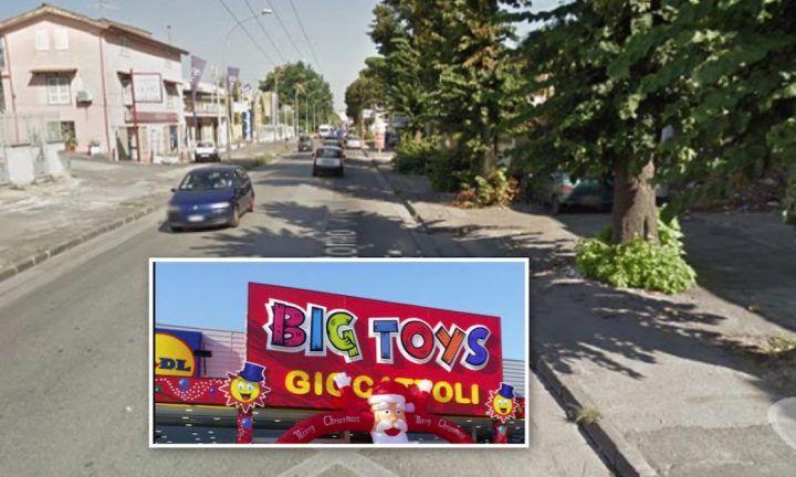 Aversa, bomba lancita contro il Big Toys di via Gramsci