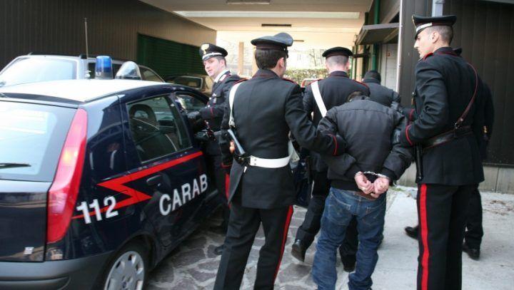 Nascondeva cd falsi, durante il controllo aggredisce i carabinieri