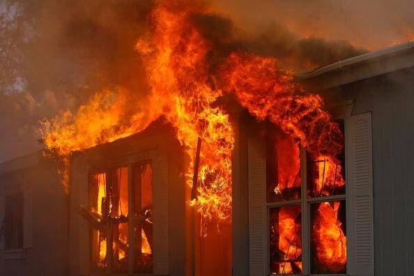 Napoli. Auto ed abitazioni in fiamme, all'interno anche bambini: poliziotto salva tutti