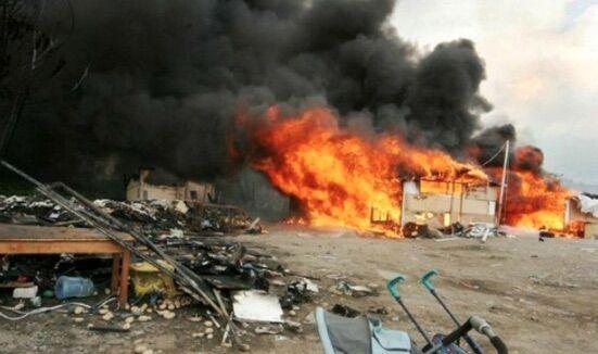 In fiamme il campo rom di Scampia, nuvola nera sull'area nord