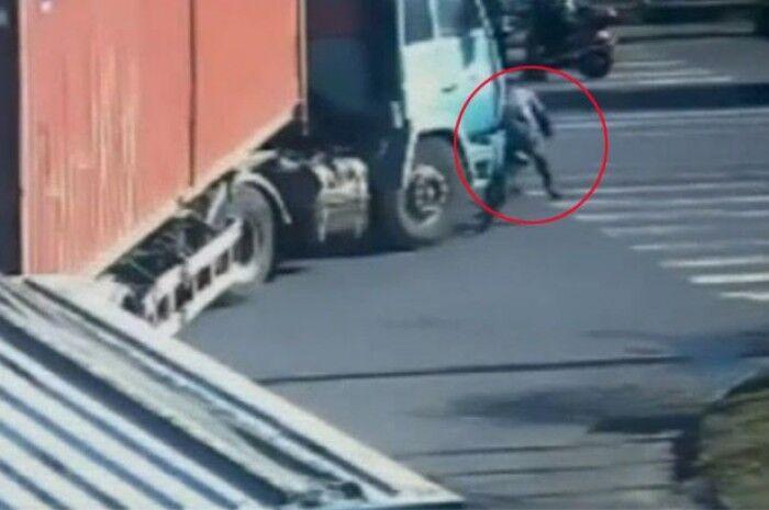 Napoli, investita e schiacciata da un camion su via Marina. Grave donna 40enne