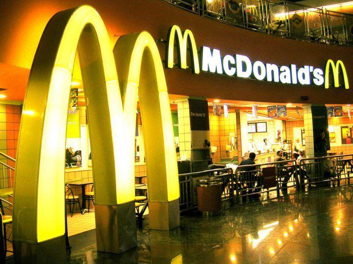 McDonald's, porta cade all'improvviso e travolge bimbo di 6 anni
