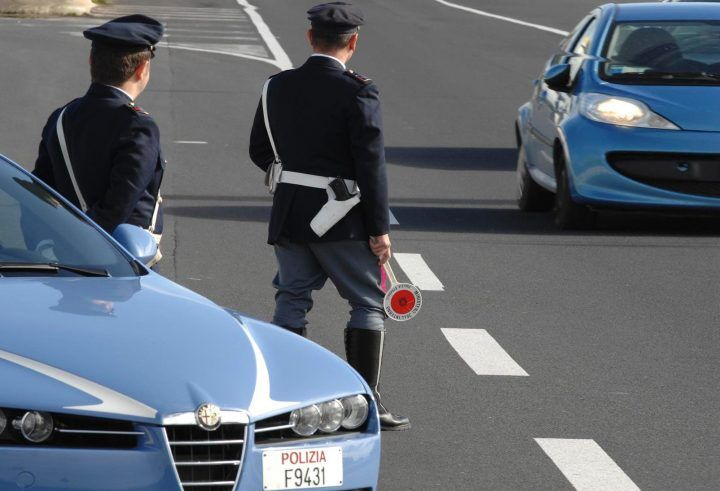 Napoli, sorpreso a un posto di blocco con patente falsa. Arrestato latitante