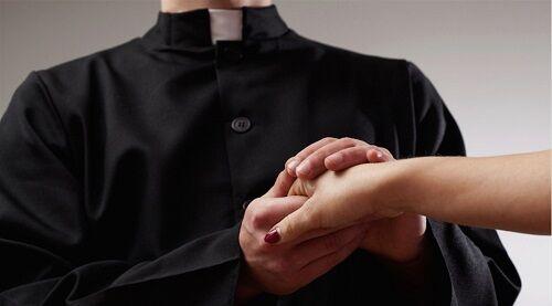 Vallo della Lucania: prete mette incinta l'amante e la costringe ad abortire