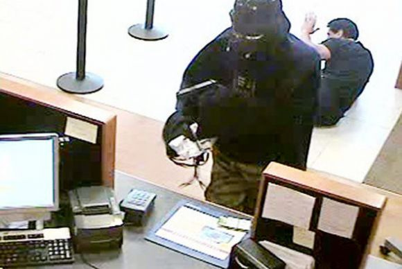 """Vomero, rapina a mano armata al """"Medicenter"""". Bottino da migliaia di euro"""