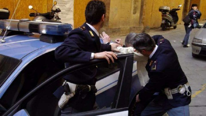 Napoli: scippa telefonino, la folla blocca e picchia rapinatore