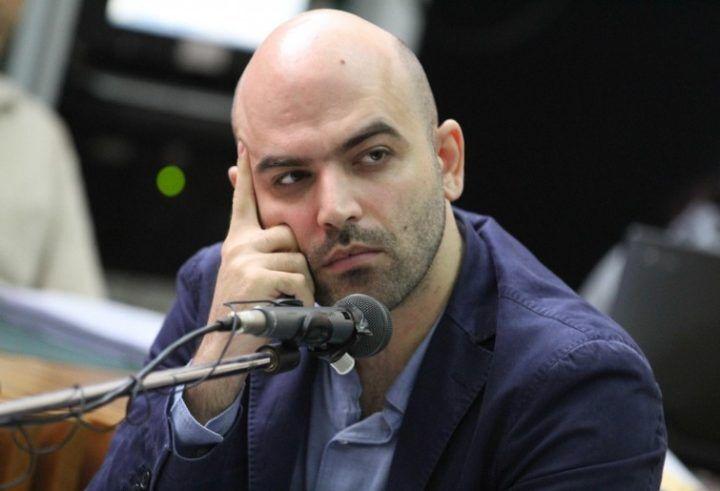 """Saviano a Napoli, striscione alla Sanità: """"Getti fango"""". Dura risposta dello scrittore"""