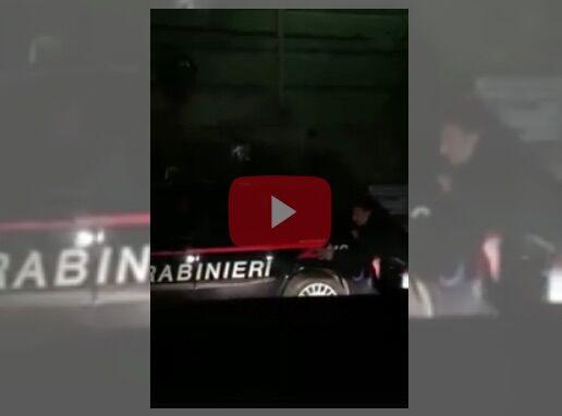 I carabinieri restano a piedi, ecco cosa hanno fatto i cittadini napoletani. VIDEO