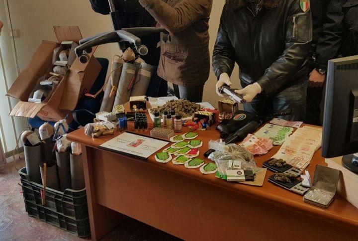 Acerra, blitz della polizia: trovate armi, droga e botti. Arrestato 30enne
