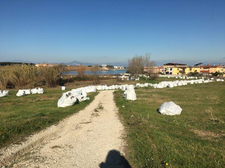 Giugliano: sacchi bianchi abbandonati da giorni sul Lago Patria
