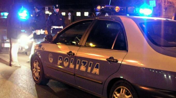 Scappano e gettano una pistola: 2 arresti. Feriti 3 agenti