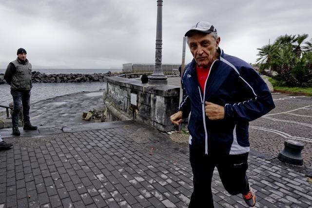 Antonio Bassolino cade durante maratona e si fa male