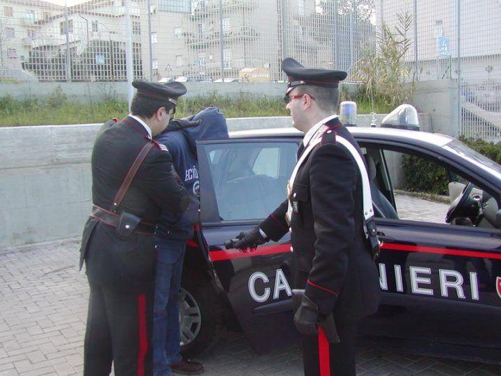 Melito, carabinieri smantellano piccola piazza di spaccio. Arrestato 18enne