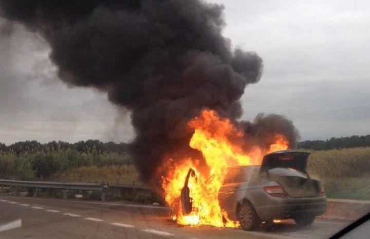 Aversa-Melito, grave incidente sull'asse mediano. Auto in fiamme