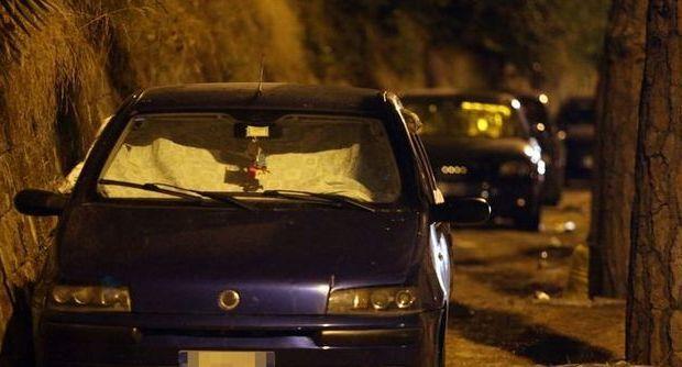 Caserta, si apparta in auto con la compagna: muore per un malore