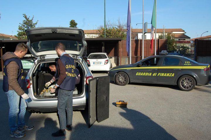Marcianise, sequestrati 5 kg di eroina nascosti in un sottofondo dell'auto