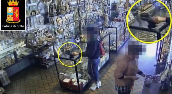 Napoli, ruba portafogli in un noto negozio del centro. Arrestata ladra