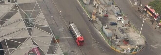 Napoli, rischio attentati: piazza Garibaldi blindata per un'autocisterna sospetta