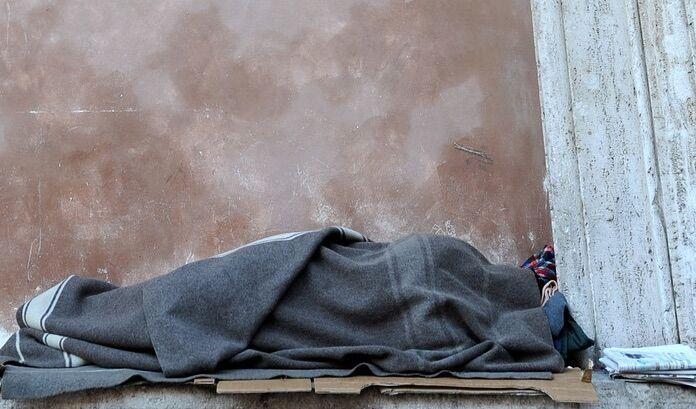 Choc in provincia, muore di freddo per strada