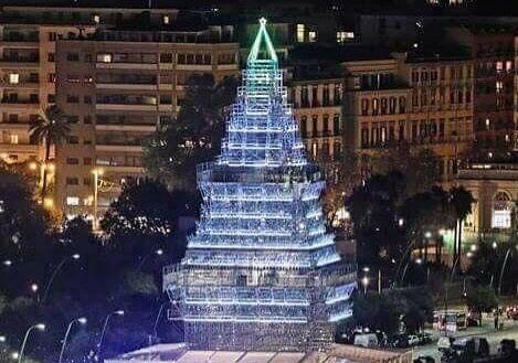 """Si accende N'Albero a Napoli, ma la gente si divide: """"E' brutto"""""""