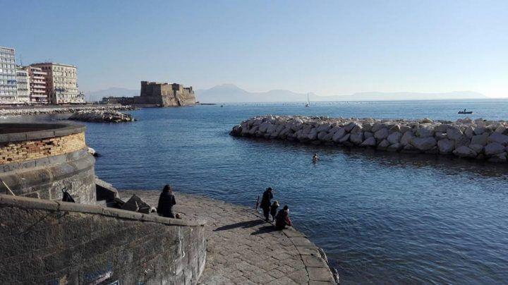 Natale da record a Napoli, pienone di turisti e… tuffi in mare. FOTO