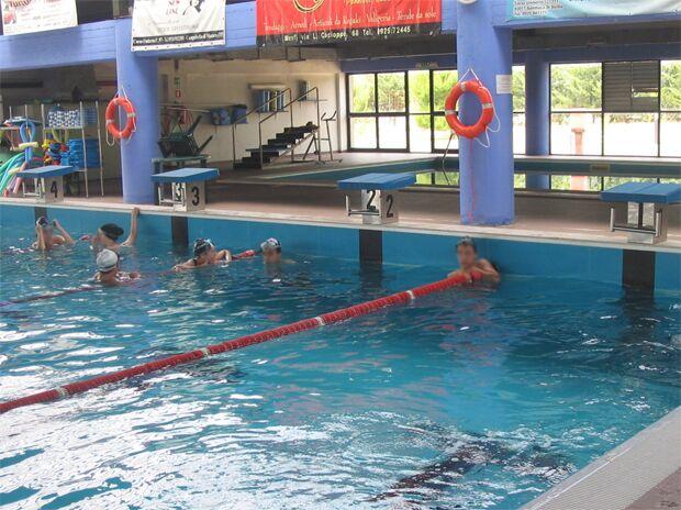 Terrore ad Aversa, va in piscina ma si sente male: scatta il ricovero