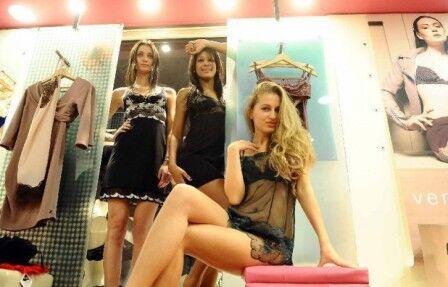 Pomigliano, ragazze hot in vetrina. L'iniziativa di un negozio di intimo