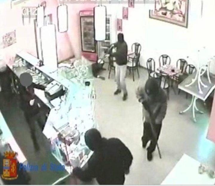 Rapina choc a Posillipo, ferito alla testa il titolare di un bar