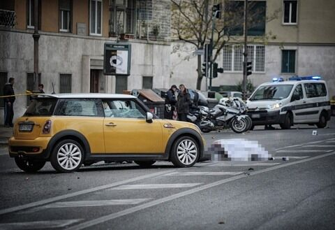 Incidente sul lungotevere della Vittoria: si scontrano auto e scooter, un morto