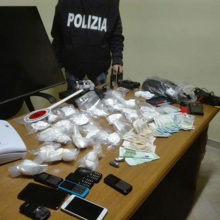 """Napoli, scoperta centrale dello spaccio con """"servizi"""" per assuntori: 2 arresti"""