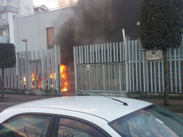Marano, incendio nella tenenza dei Carabinieri. Paura in strada