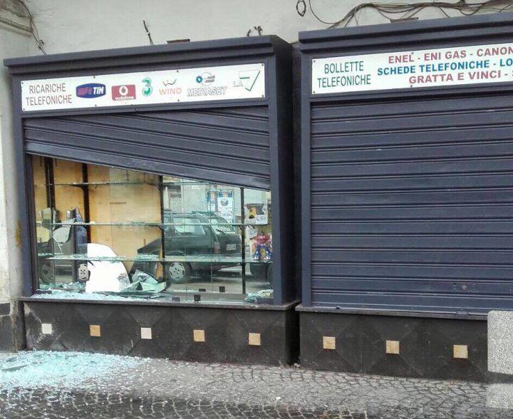 Calvizzano, raid in un negozio del centro. Serranda divelta